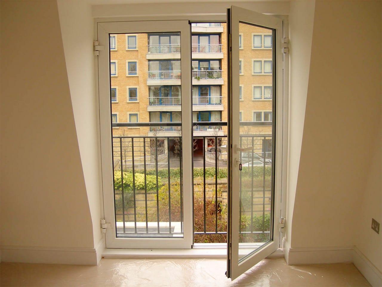 Распашные пластиковые двери для французского балкона фото..